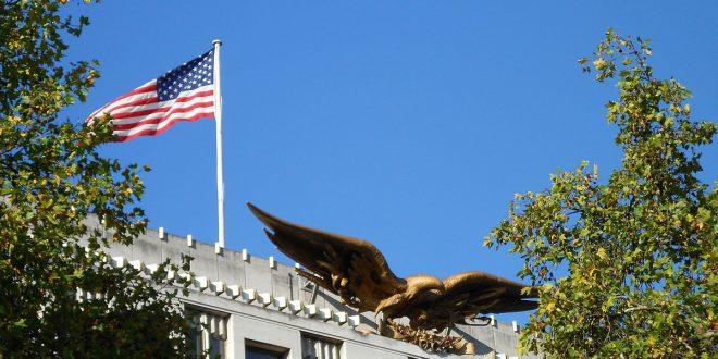 """السفارة الأمريكية في لندن تستدعي رضيعا للاشتباه في كونه """"إرهابياً"""""""