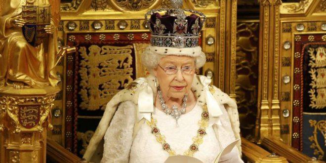 """موظف بدوام كامل لـ """"توسيع"""" أحذية ملكة بريطانيا.. وهذه شروط الوظيفة"""