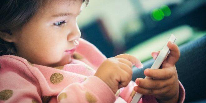 دراسة: أطفال شاشات اللمس ينامون أقل من أقرانهم