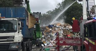 """حريق داخل مركز إعادة تدوير للقمامة في """"برينتفورد"""" لندن"""
