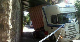 دراسة: سائقوا الشاحنات يدمرون جسور سكك حديدية تكلف 23 مليون جنيه استرليني كل عام