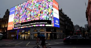"""تشغيل اللوحات الإعلانية في ساحة بيكادلي"""" Piccadilly Circus"""" بعد تسعة أشهر من الظلام"""