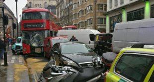 إصابة العديد من الأشخاص في حادث تصادم باص من طابقين مع عدة سيارات في شارع مزدحم في ويست اند