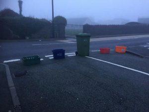 السكان يغلقون أحد شوارع مدينة هوليهيد في ويلز بصناديق القمامة بسبب مدرسة ابتدائية!!