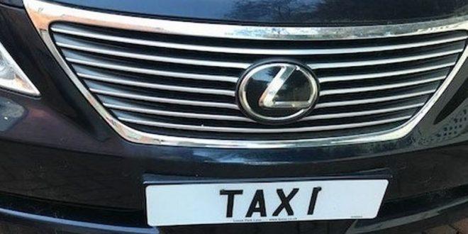 لوحة سيارة مكتوب عليها كلمة تاكسي TAXI تعرض للبيع بسعر 100.000£