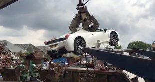 بالصور.. الشرطة تحطم سيارة فيراري بقيمة 200 ألف جنيه استرليني بعد مصادرتها من رجل أعمال مليونير