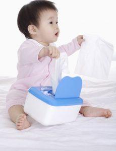 دراسة: استخدام المناديل المبللة يصيب الأطفال بمرض حساسية مميت!!