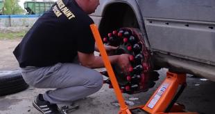 بالفيديو: سائق يستبدل إطار عجلة سيارته ب 18 زجاجة كوكا كولا وتسير بالفعل!!