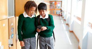 هل ستتبع المملكة المتحدة قرار فرنسا بحظر الهواتف المحمولة في المدارس؟