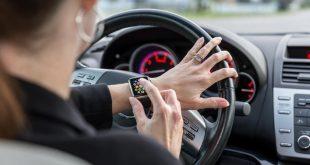 احذر استخدام الساعة الذكية أثناء القيادة حيث يعرضك لغرامة ضخمة ونقاط جزاء!!