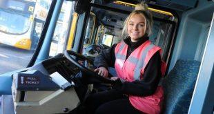 فتاة في عمر 18 عاماً تصبح أصغر سائقة باص في بريطانيا