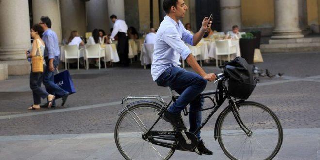 الشرطة توقف راكبي الدراجات الذين يستخدمون هواتفهم المحمولة أثناء السير على الطريق