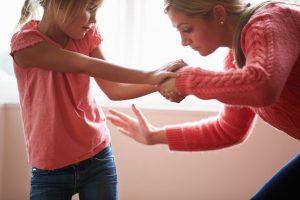 أبحاث جديدة تحذر الآباء من ضرب أبنائهم .. تعرف على السبب!!