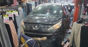 بالصور.. حادث مروع لسيارة تقتحم متجر ملابس نسائية في برمنغهام