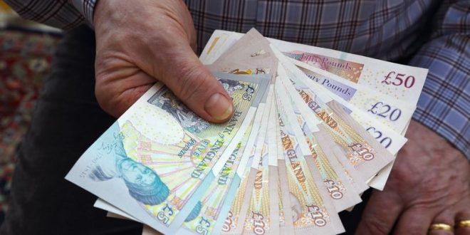 عامل نظافة يعثر على 300.000 جنيه استرليني في باص بلندن .. فماذا فعل؟!