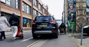 غرامة جديدة على سائقي السيارات عند وقوفهم على الأرصفة في أي مكان في انجلترا