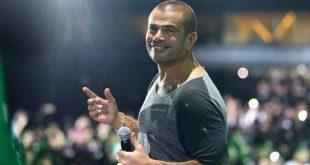 لماذا تعرض عمرو دياب للضرب خلال غنائه على المسرح؟