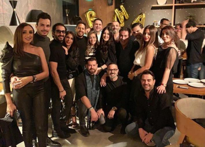 محمد حماقي يحتفل بعيد ميلاده برفقة أصدقائه الفنانين
