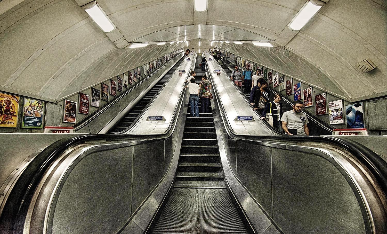 تعرفوا على قصة أول درج كهربائي متحرك في محطات الأندر جراوند في لندن؟