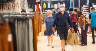 الحكومة البريطانية تدرس امكانية فرض ارتداء الكمامات في المتاجر