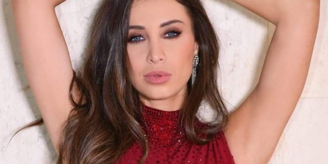 """""""أنابيلا هلال"""" تشعل مواقع التواصل الاجتماعي بفستانها الأحمر"""
