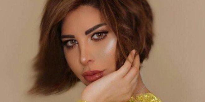 """الفنانة """" شمس الكويتية"""" تحتفل داخل طائرتها برفع الإغلاق عن دولة الإمارات."""