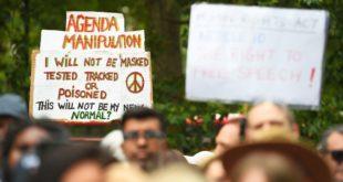 مئات المحتجين يعترضون على ارتداء الكمامات في لندن