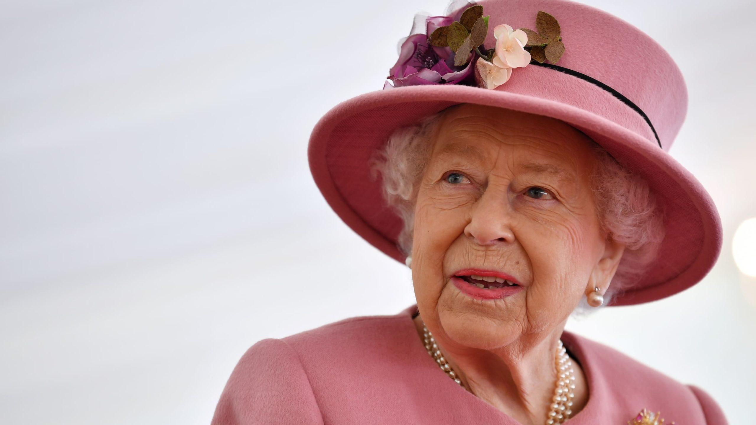 الملكة إليزابيث في أول نشاط رسمي لها خارج القصر منذ شهور - لكنها لا ترتدي كمامة!