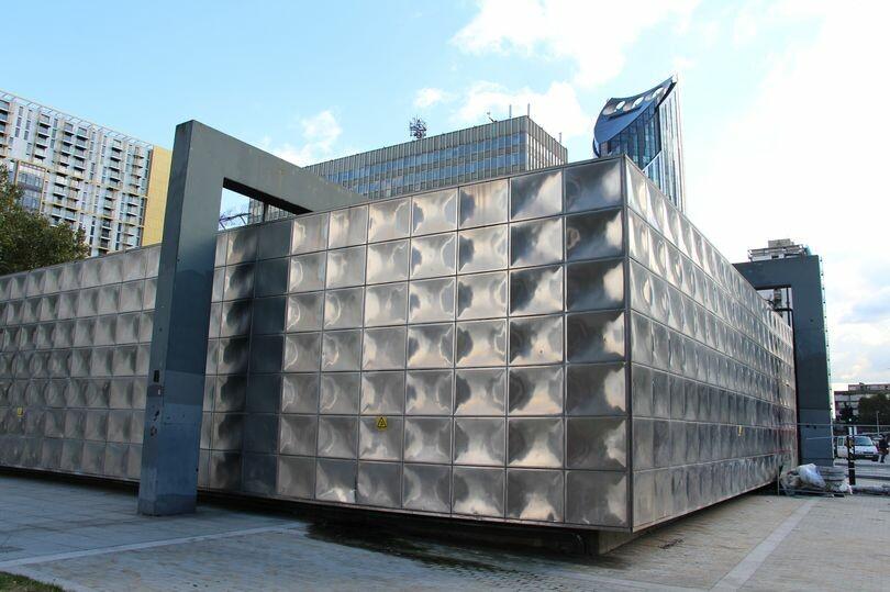 حقيقة الصندوق الضخم اللامع فوق محطة مترو أنفاق حي كاسل & إيلفانت في لندن !