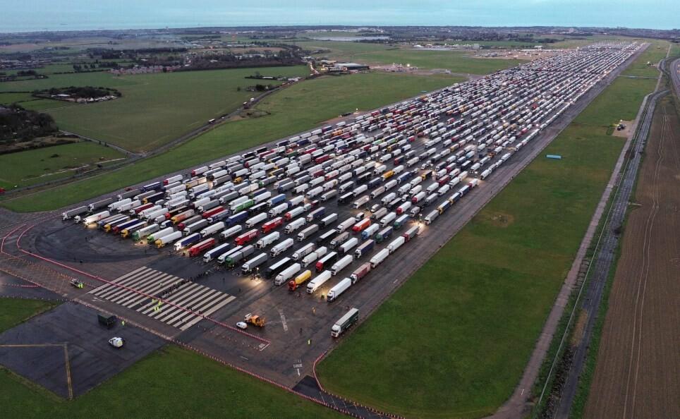 حظر السفر وناقوس الخطر! 4000 شاحنة تقف على الحدود البريطانية وتهديدات بنقص الغذاء