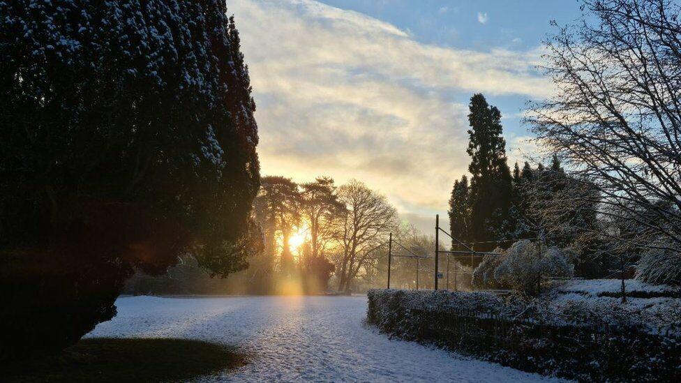 تساقط الثلوج يشل الحركة الجوية والبرية في بريطانيا ودرجات الحرارة تحت الصفر.