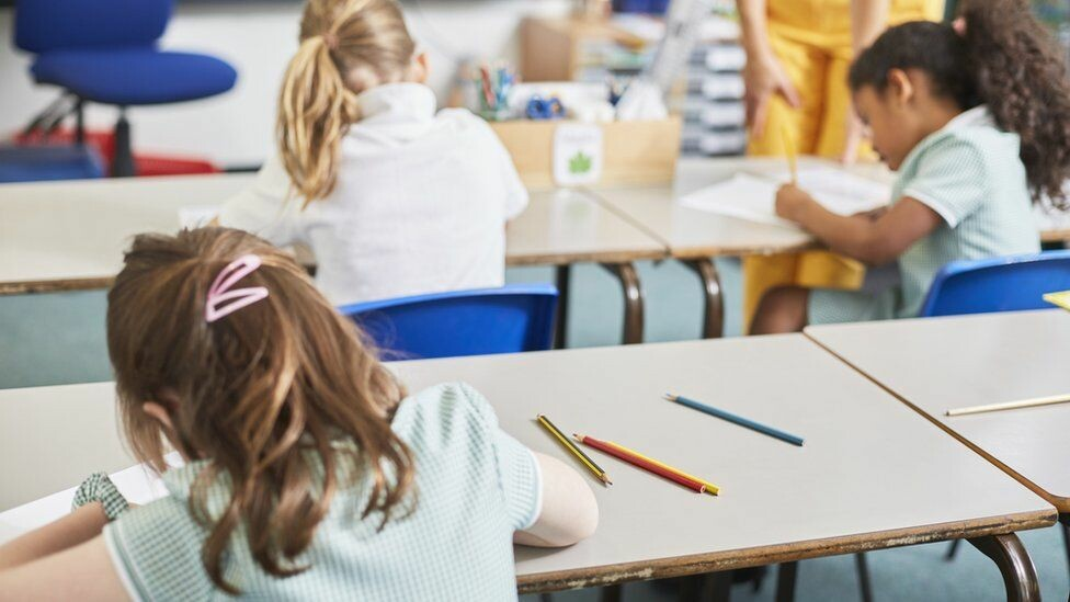 وزيرة التعليم في ويلز إيجابية بما يخص عودة الأطفال إلى المدارس في 15 مارس! ما التفاصيل؟