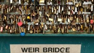 """إزالة """"أقفال الحب"""" من جسر مشاة ببريطانيا وغضب أصحابها!"""
