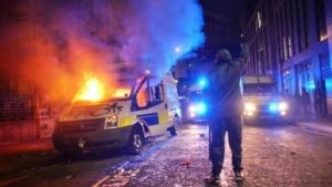 """احتجاج يتحول إلى اشتباكات عنيفة """"مخزية"""" مع الشرطة في بريستول!"""