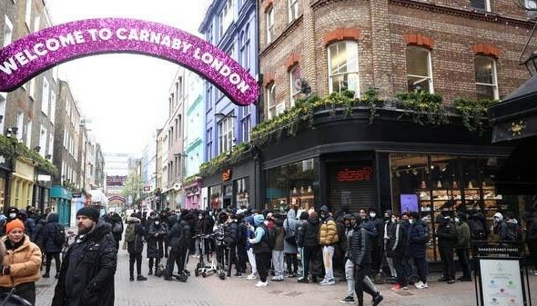 بريطانيا تفتح متاجر التجزئة والضيافة والأندية الرياضية والصالونات