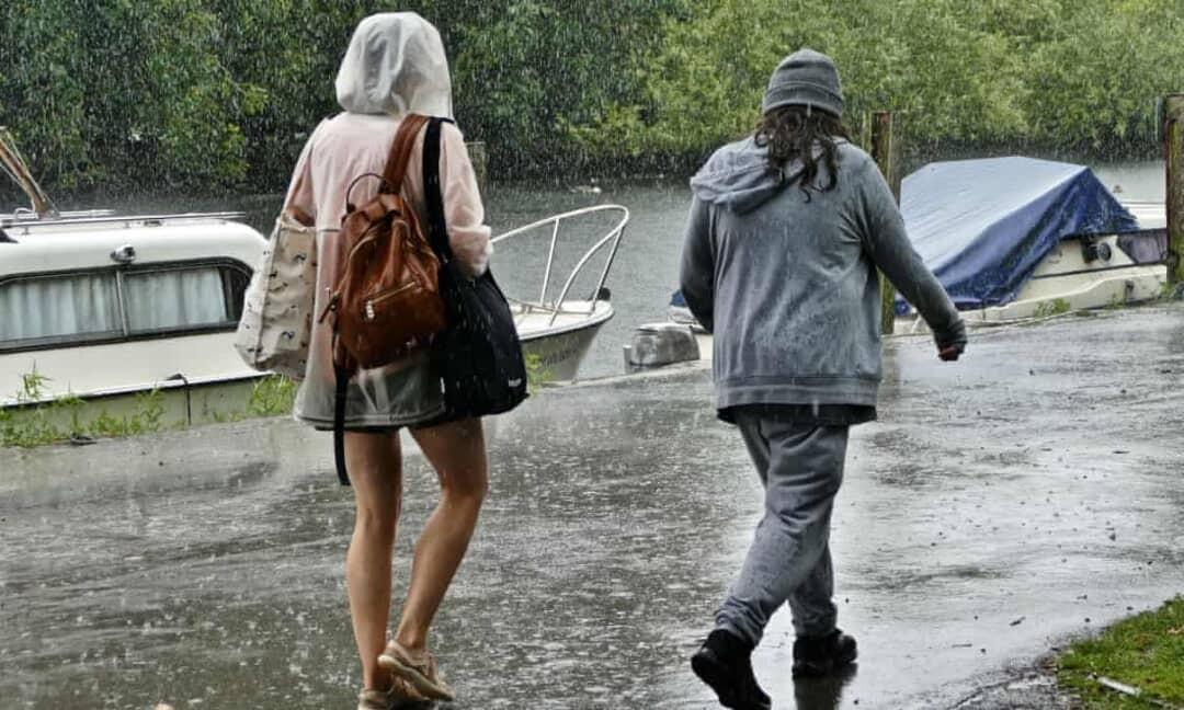 تحذيرات من الفيضانات مع تحرك العاصفة إيفرت شرقًا