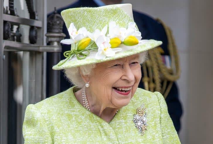 بطريقة طريفة.. ملكة بريطانيا تسخر من سياح أمريكيين لم يتعرفوا عليها