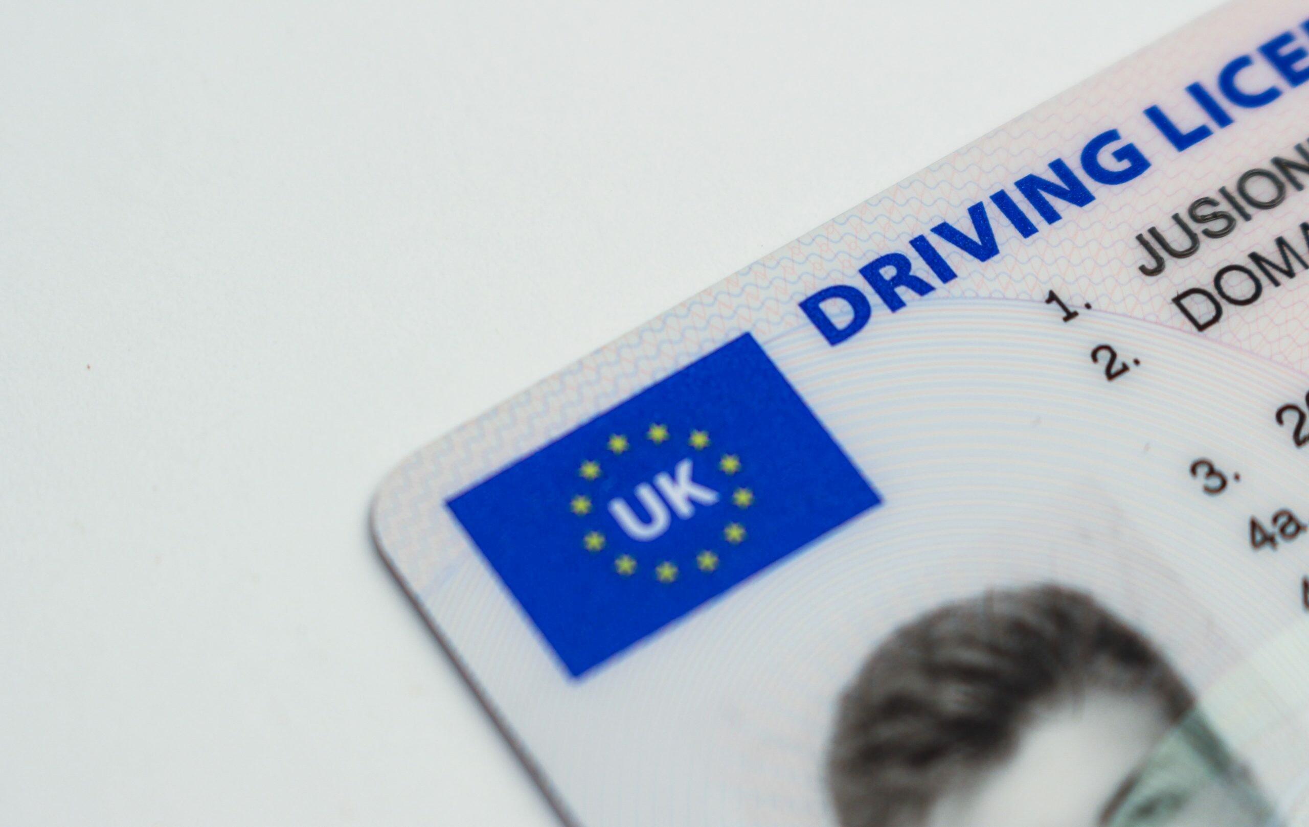 بريطانيا تخطط لإلغاء رخصة القيادة البلاستيكية .. والسبب؟