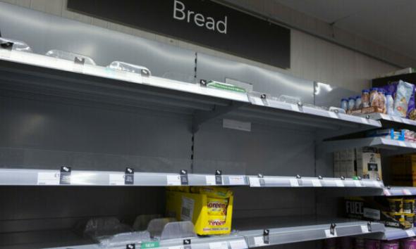 بعد أزمة الوقود.. بريطانيا تعاني من نقص ورق التواليت والشوكولاتة