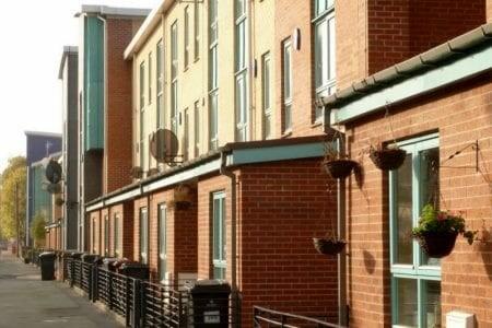 اختلال العرض والطلب يرفع أسعار شراء وإيجار المنازل في بريطانيا